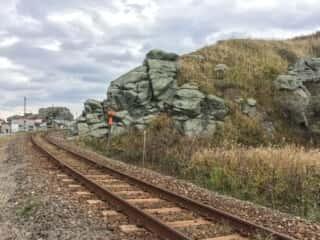 線路沿いの奇石