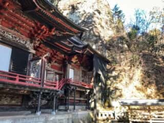 榛名神社の本殿と御神体の磐座、御姿岩