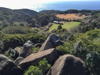 唐人石巨石群から太平洋を望む