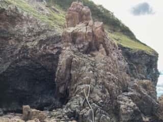 願掛岩の祈りのロープ