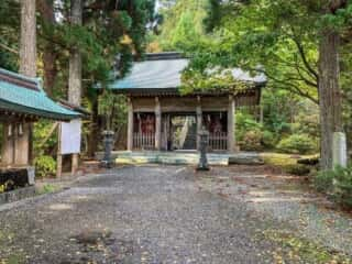 真山神社の境内
